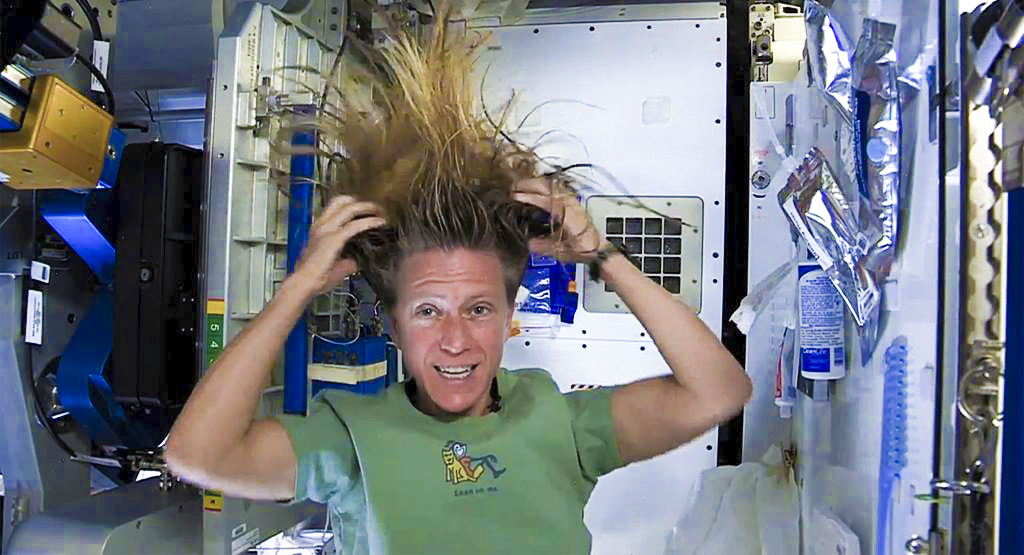 prx_journeetype_astronaute_toilette_esa.jpg